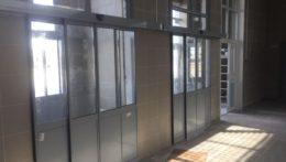 Раздвижные входные двери на вокзал