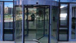 Установка револьверных дверей в здании Правительства Новой Москвы