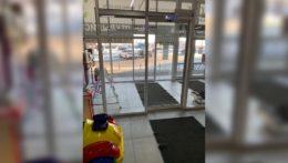 """Автоматические раздвижные двери в супермаркете """"Мираторг"""""""