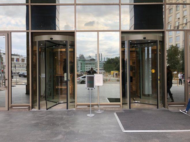 Вторая автоматическая револьверная дверь в бизнес центре